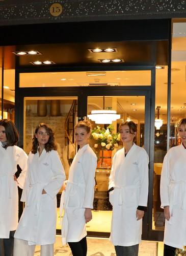 Les mannequins du défilé devant le Temple de la Beauté L.RAPHAEL, 15 rue du Rhône - Genève