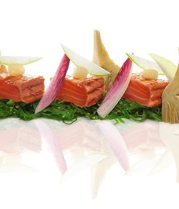 Carré d'algues wakamé, saumon grillé mariné au gingembre et artichauts