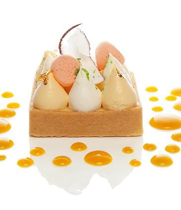 Tarte yuzu meringuée aux écorces de citron vert, coulis exotique