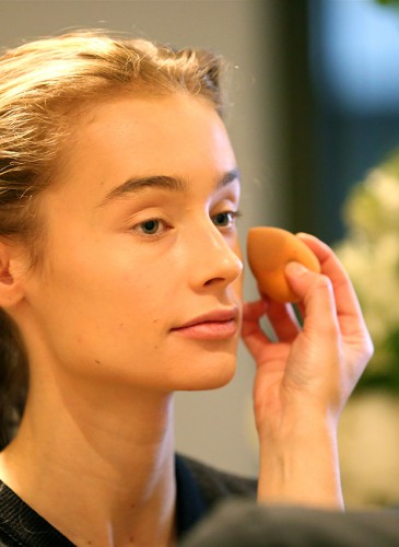 Préparation, soins du visage, maquillage et coiffure des mannequins par L.RAPHAEL pour le défilé.