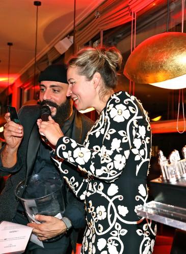 Sofia Komarova de la Galerie Artvera's lors de la tombola